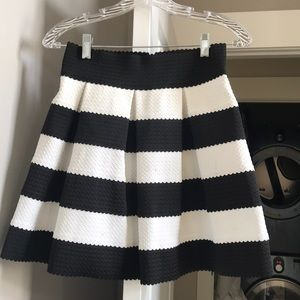 Vestique Black and White Skirt